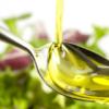 Olio di oliva sul cucchiaio