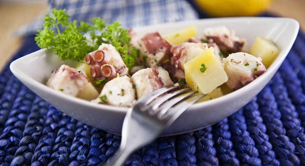 Se diciamo polpo qual è il primo ingrediente che vi viene in mente di accostare? Senza dubbio le patate! L'insalata tiepida di polpo e patate è infatti un piatto estivo,